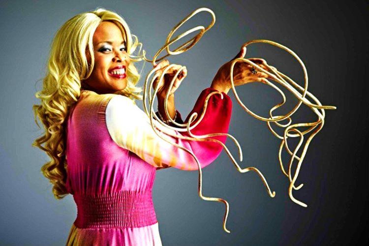 Dünyanın en uzun tırnaklarına sahip olan Christine Walton'un tırnak boyu 7 metre 314 santimetredir.