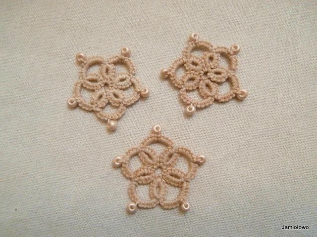 kolczyki w kształcie kwiatka -frywolitki