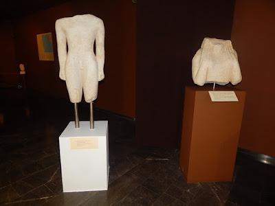 Δυο Κούροι του Εμπορειού και η Χια κόρη της Ακρόπολης στο Αρχαιολογικό Μουσείο Χίου