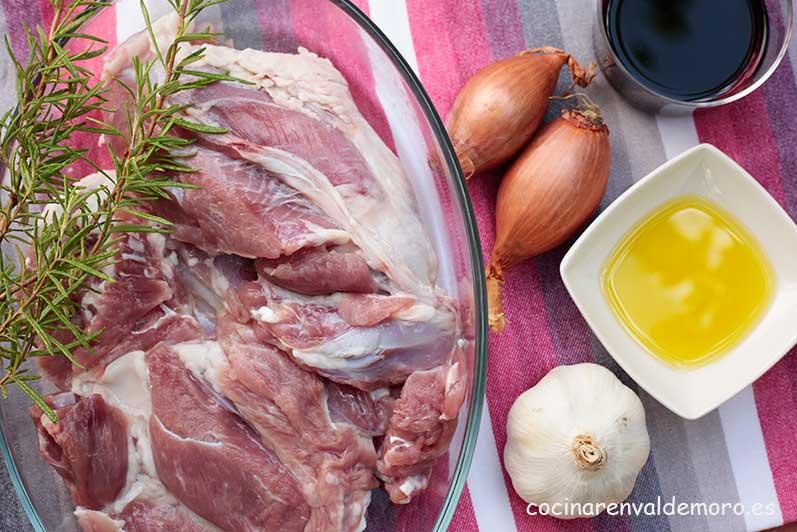 Ingredientes: pierna deshuesada, chalotas, vino tinto , ajos, romero y aceite