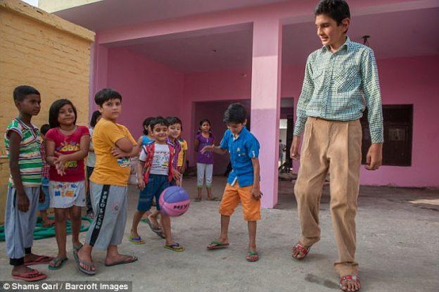 Ο πιο ψηλός 8χρονος του κόσμου ζει στην Ινδία και έχει ύψος 1,98 - PHOTOS & VIDEO