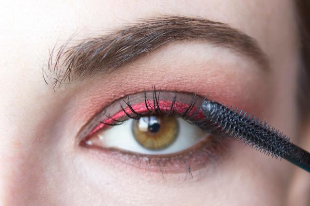 Макияж глаз с красным акцентом: шаг 10