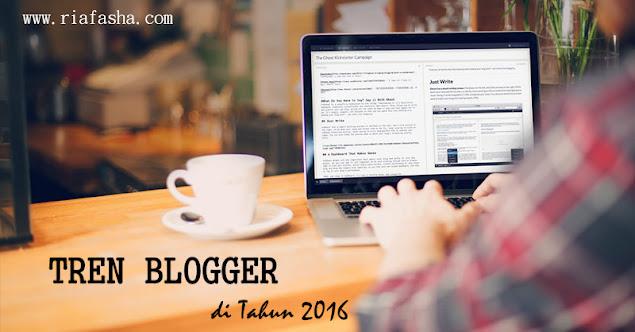 blogger yang sedang blogging dan minum kopi