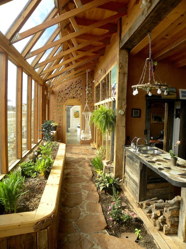 03-airbnb-Architecture-with-the-Earthship-Sustainable-Home-www-designstack-co
