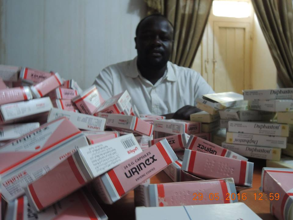 بالصور احزرو : ضبط عقاقير وادوية مزيفه تباع بالصيدليات بالسودان