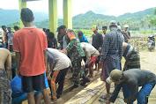 Atasi Kekeringan, Personel TNI Bersama  Masyarakat Perbaiki Pintu Bendungan