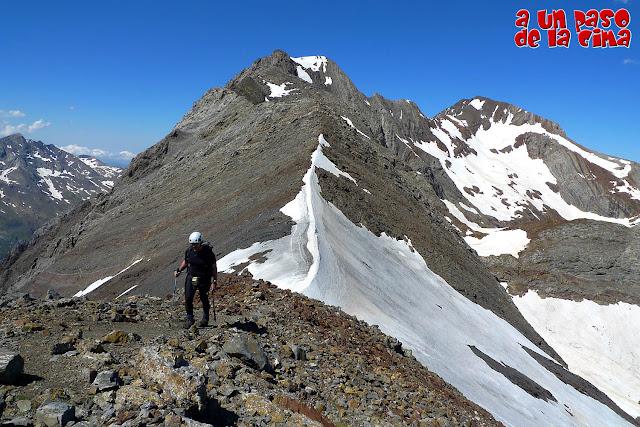 Llegando a la cima del Tucón Royo, con el Espadas en el centro y el Posets al fondo.