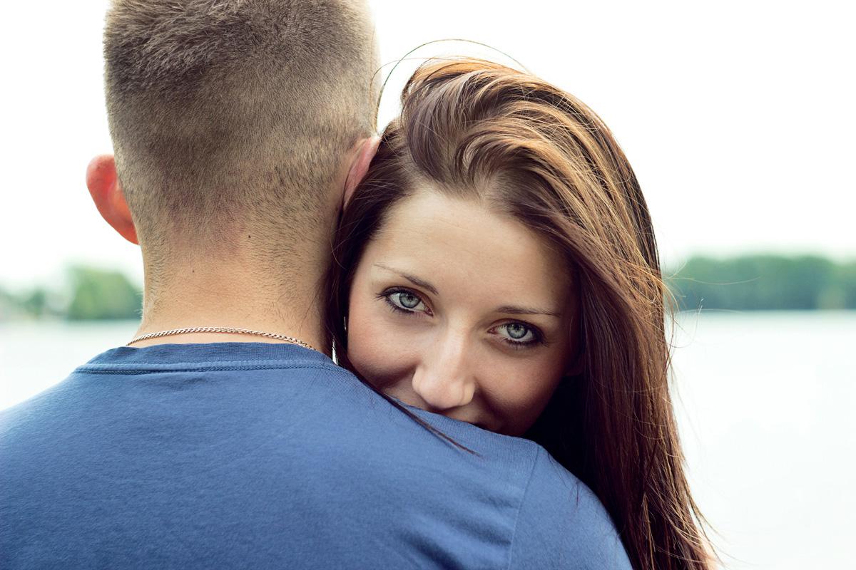 para, sesja zdjeciowa, ola, sebastian, zakochani, milosc, oczy, niebieskie oczy, dlugie wlosy, kobieta, mezczyzna, szczescie, dzierżno, przytulanie, zakochanie