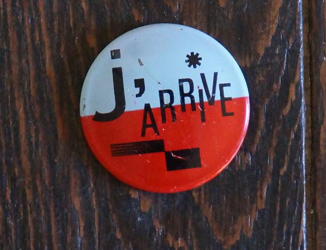 un badge humoristique des années 60  60s funny french pinback button