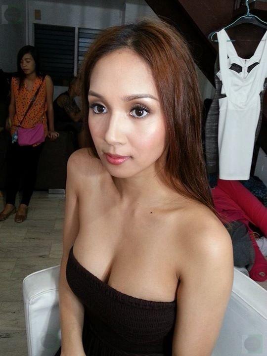 roxee b sexy cleavage pics 01
