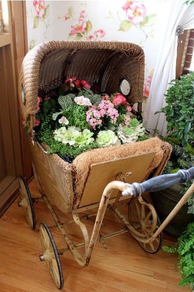 Manfaatkan troli atau kereta bayi yang sudah rusak sebagai vas atau pot bunga hias