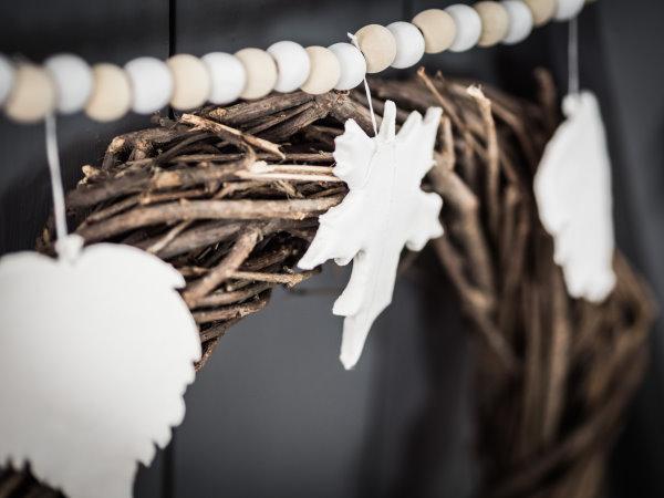 An der Holzkugel-Schnur: Blätter aus Fimo