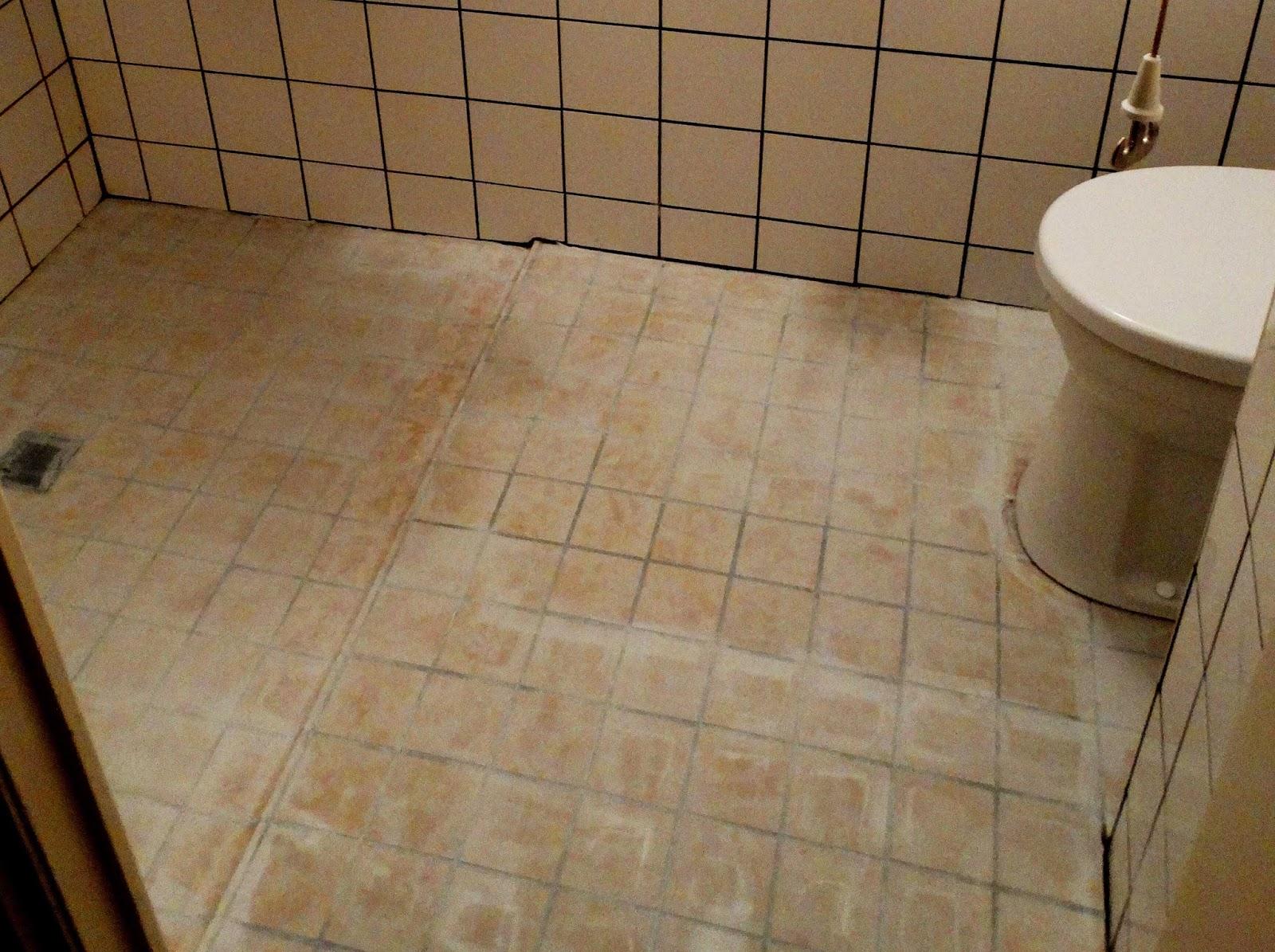 Badkamer Tegels Verwijderen : Kalk badkamer vloer verwijderen: mortex gietvloer realisaties en