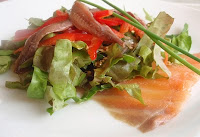 ensalada con salmón y anchoas