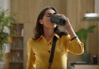 Το νέο δοχείο της Nescafe φτιάχνει μόνο του τον φραπέ