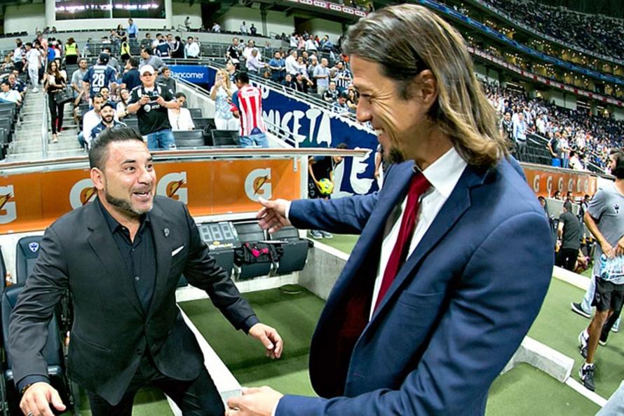 Matías Almeyda saluda a Antonio Mohamed en semis de la Copa MX.
