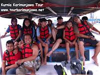 wisatawan diatas kapal tour laut