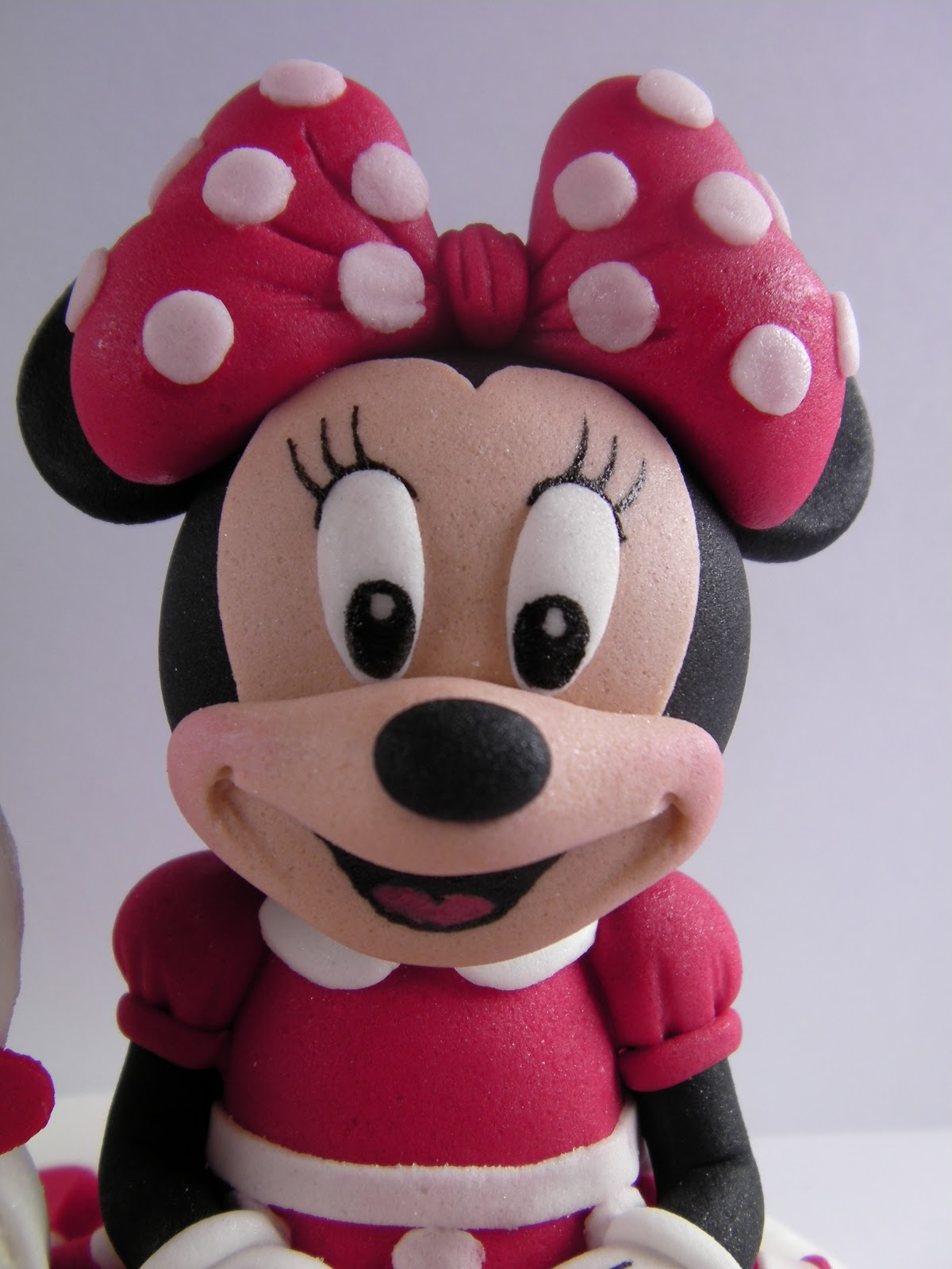 mini maus minnie mouse sedeca figura od fondana sitting fondant figure. Black Bedroom Furniture Sets. Home Design Ideas