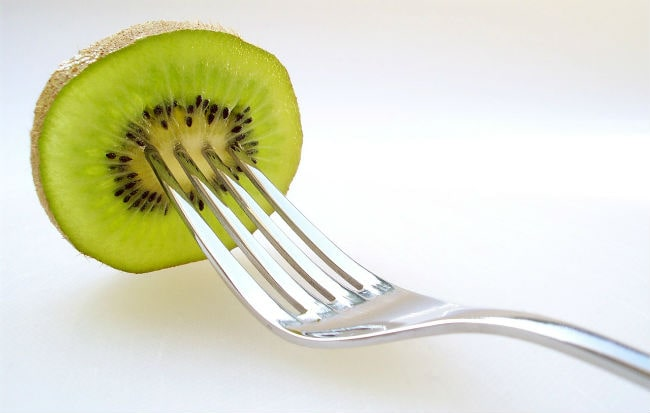 Fettina di kiwi su una forchetta