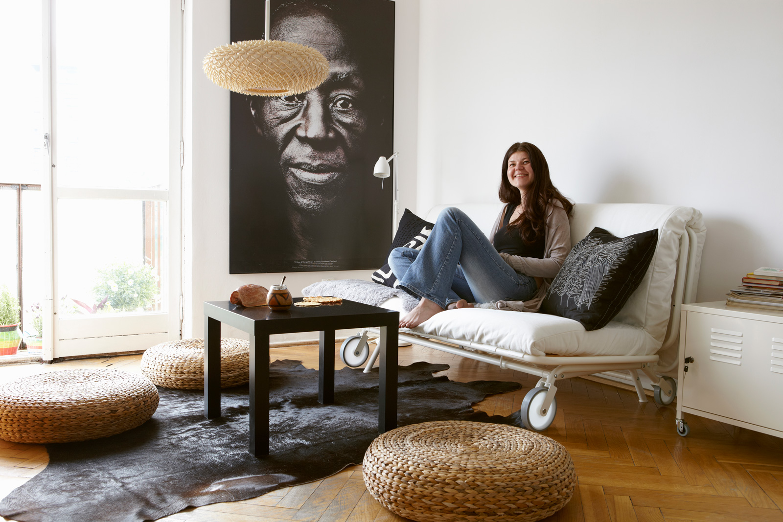 5 clever furniture pieces for extra seating in the living - What to do with an extra living room ...