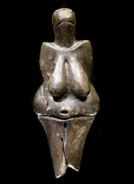 Shapely Czech Venus reveals secrets
