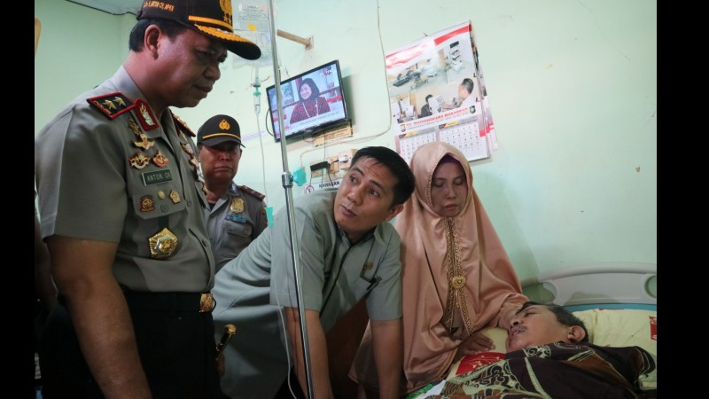 Kapolda Sulsel Irjen Anton Charliyan dan Wawali Makassar Syamsu Rizal menjenguk guru Dasrul