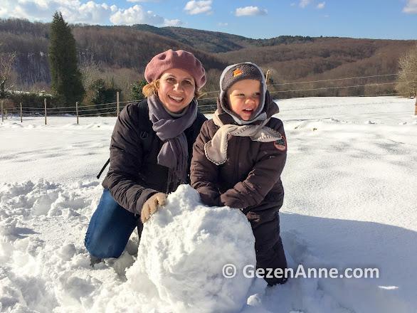 kışın en büyük eğlencesi kar