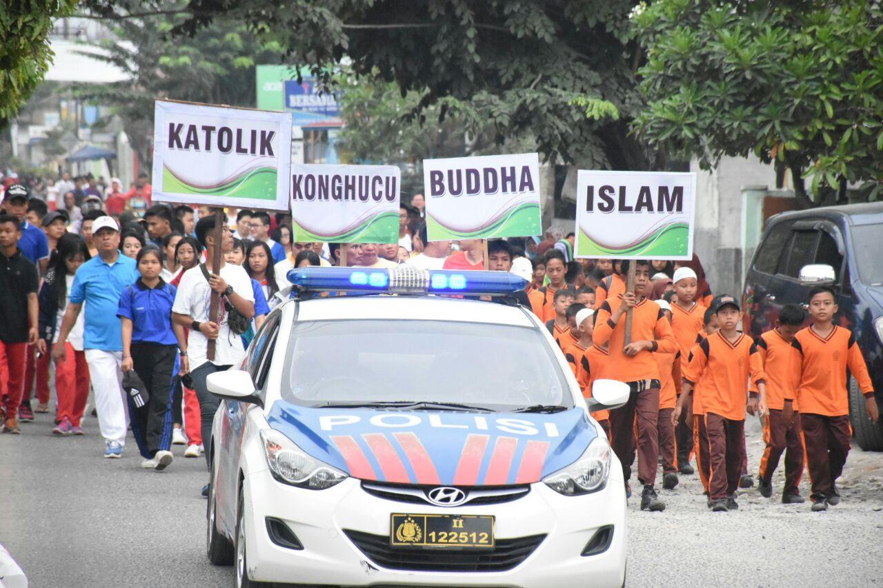 Peserta Gerak Jalan Santai Kerukunan Umat Beragama sesaat setelah dilepas dari Lapangan Sultan Abdul Jalil Rahmadsyah/ Open Stage menuju Kantor Kemenag Kota Tanjungbalai.
