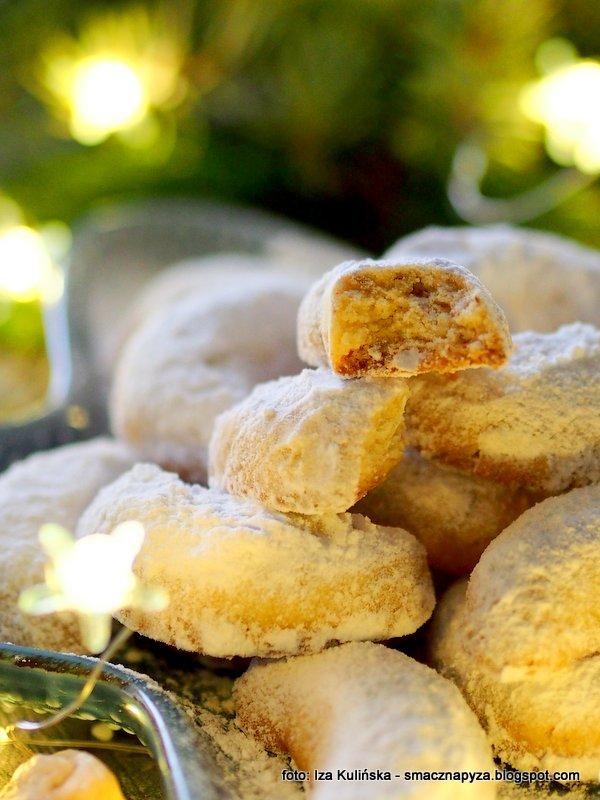 ciastka kurabiedes, grecki przysmak, slodkie rozki, polksiezyce, kuchnia grecka, maslane ciasteczka, migdaly mielone