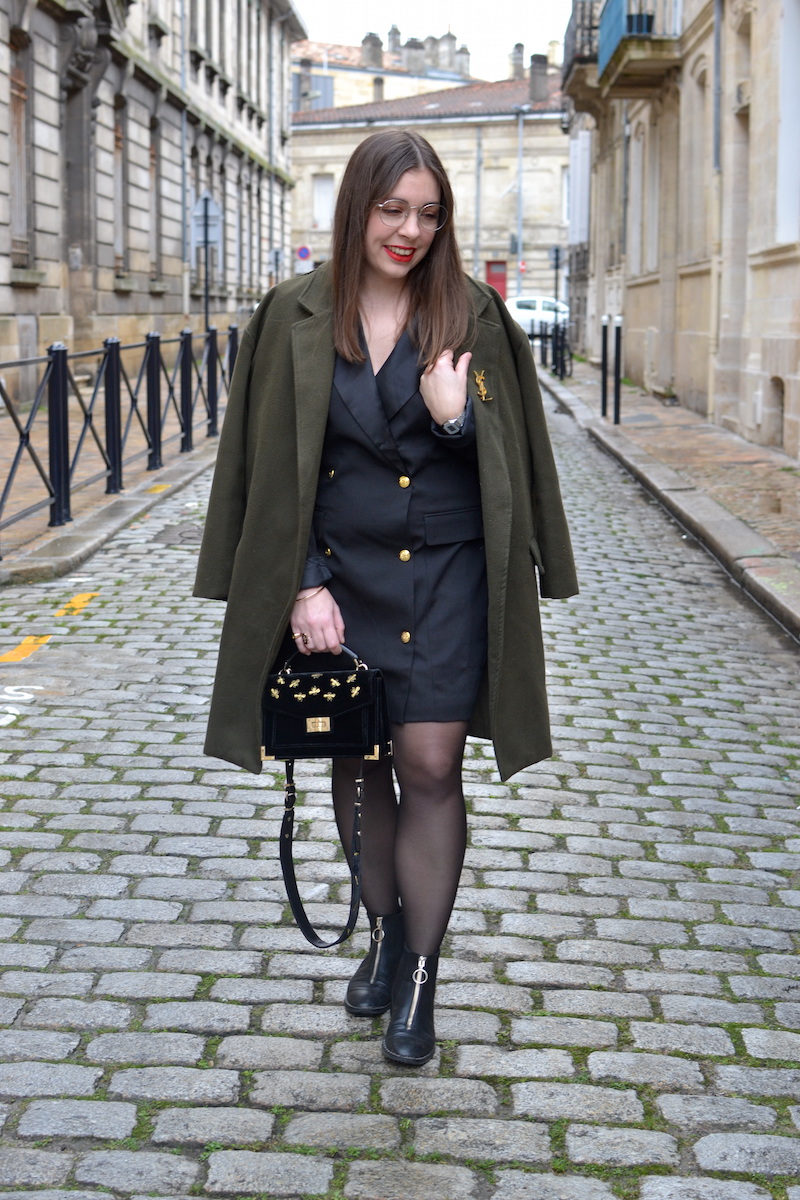 robe blazer noir Missguided, manteau kaki Sheinside, bottines zippé devant Stradivarius, sac The Kooples