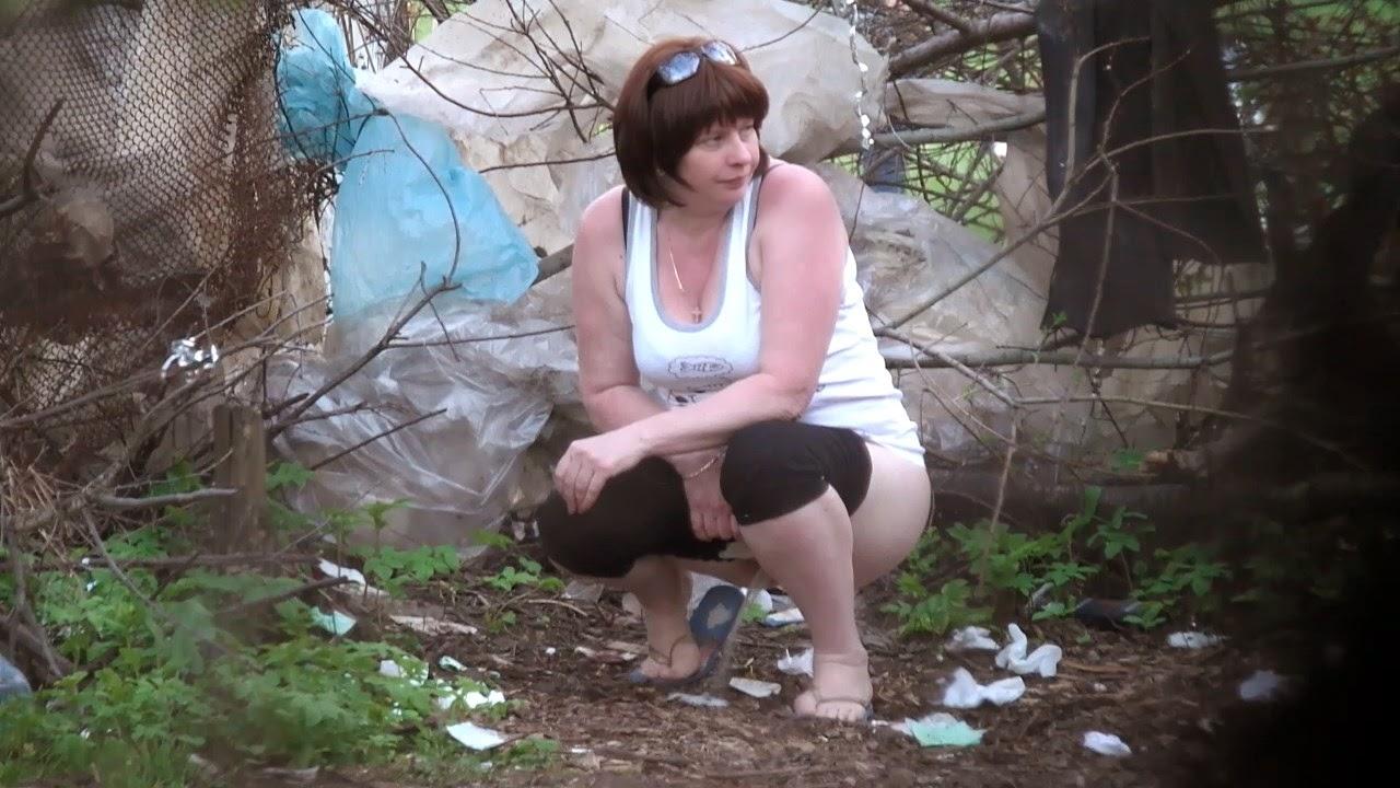 служащий писсинг в кустах скрытая камера крайней мере