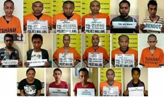 "Indikatormalang.com - Tim Buru Sergap Polres Malang berhasil membekuk kembali, Rabu (19/4/17) 3 tahanan dari 17 tahanan yang kabur dari tahanan Sel Mapolres Malang.   ""Alhamdulillah, kurang dari 24 jam, tiga pelaku dapat kami amankan kembali,mudah-mudahan sisanya menyusul secepatnya"" Terang AKBP Ade Setiawan Ujung Kapolres Kota Malang.   Masing-masing tahanan yang ditangkap kembali atas nama Abdul Rohman (27), tahanan kasus Narkotika. Abdul ditangkap tidak jauh dari tempat tinggalnya di kawasan Gajayana Putatlor Gondanglegi.   Sementara dua orang lagi atas nama Burhanuddin (27), kasus Narkotika, warga Kidal Tumpang dan Nurhadi (27) warga Lesanpuro Kedungkandang dengan kasus kriminalitas. Keduanyanya ditangkap bersamaan ketika sedang bersembunyi di jalan Telaga Blimbing Kota Malang.  Untuk memburu para tahanan yang kabur, Polres Malang membentuk 17 tim. Masing-masing tim diperkuat enam personel yang akan mengawasi dan menyanggong sejumlah titik. Kapolres berkomitmen akan terus memburu para tahanan tersebut hingga seluruhnya berhasil dibekuk kembali.   Kapolrespun mengultimatum para tahann yang kabur untuk segera menyerahkan diri dalam tempo 1x24 jam. Jika peringatan tersebut tidak digubris, Polres akan mengambil tindakan tegas. ""Jika Tidak, Mohon maaf jika penangkapan tidak seperti yang diduga"" tegas Kapolres dalam keterangannya kepada media.  Seperti diberitakan sebelumnya, sebanyak 17 tahanan Polres Kota Malang berhasil melarikan diri dari dalam sel tahanan dengan menjebol plafon kamar mandi. Tahanan yang kabur merupakan tahanan kasus narkotika dan kriminal."