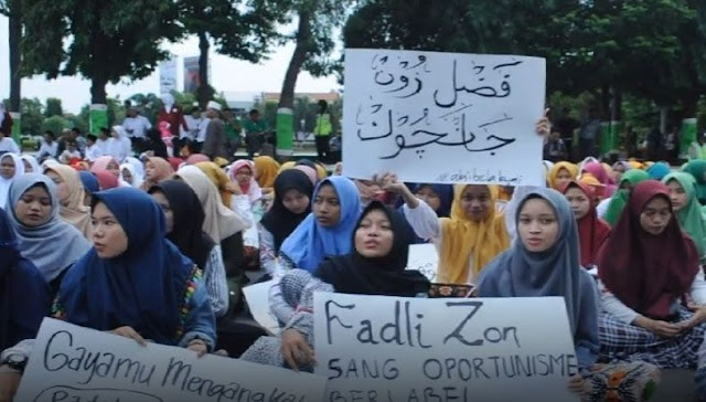 Santriwati Kudus yang Demo Fadli Zon Bentangkan Tulisan Arab Pegon 'Jancuk'