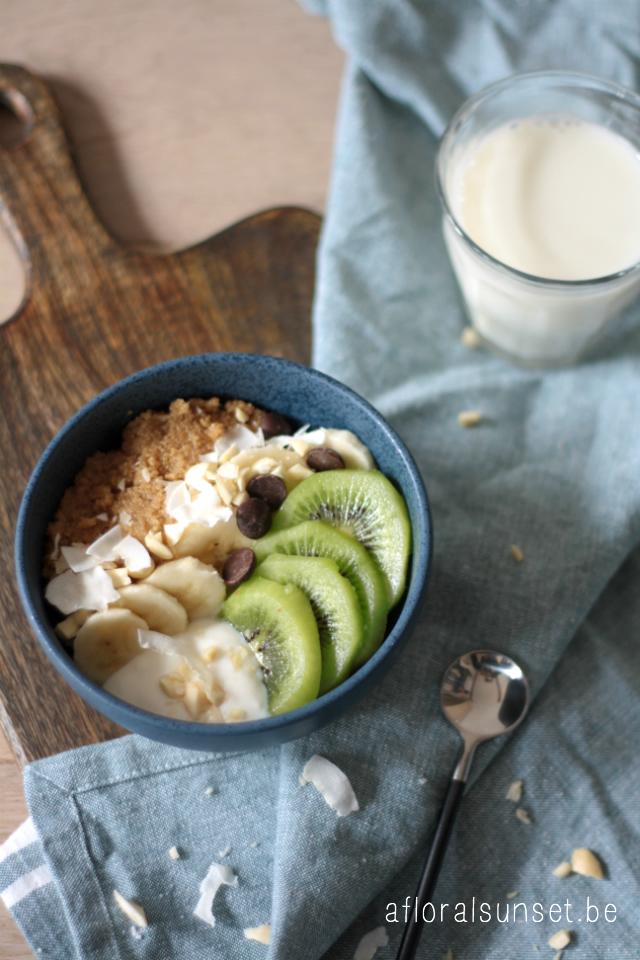 Veganistisch fruitontbijt met amaranth en yoghurt - a floral sunset