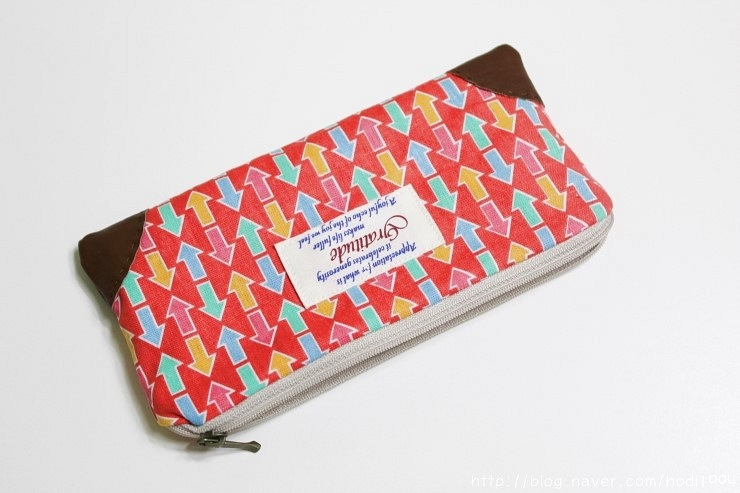 How to sew a pencil case or cosmetics bag with a zip. DIY in pictures tutorial.