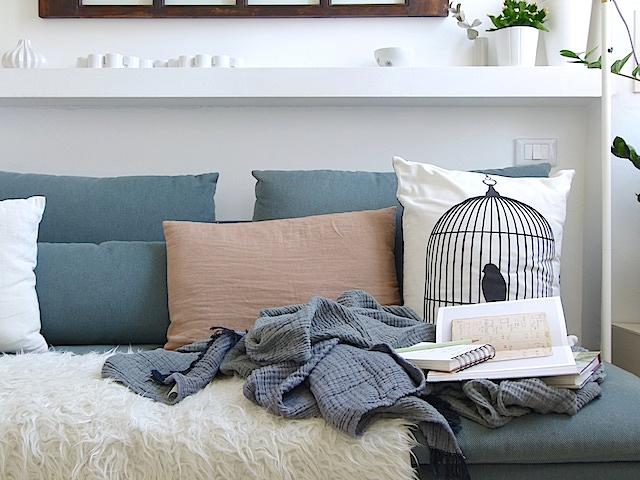 5f60ff05ac ... in nuance perfetta con il divano {ha quasi un effetto mimetico,  smorzando la confusione che si può creare in uno spazio ridotto} e perfetta  per le ...