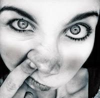 garota enfiando o dedo no nariz