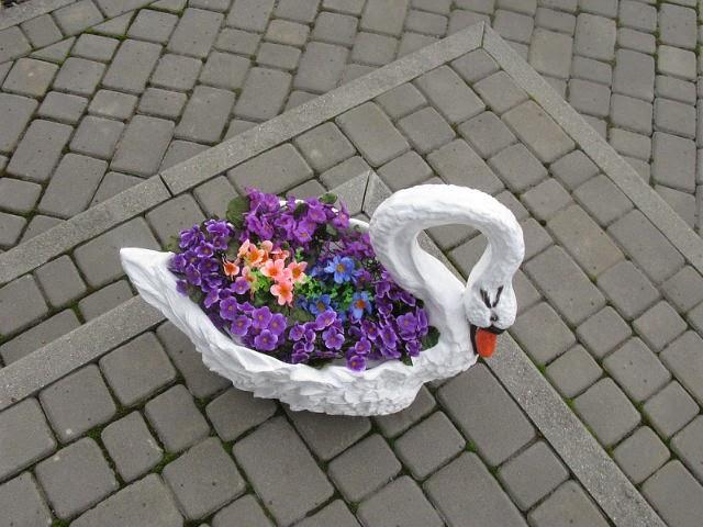 лебедь с цветами