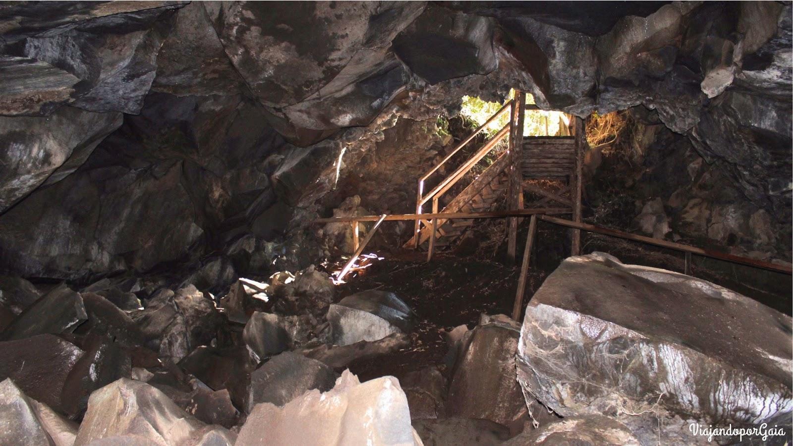 Interior de la Cueva del sendero Cuevas Volcánicas, baja con precaución, ya que hay mucha humedad.