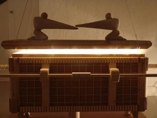 arca de la alianza hecha con madera
