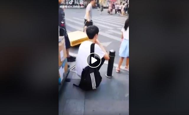 Diusir Saat Jongkok Dijalan, Tapi Ketika Pria Ini Berdiri Semua Orang Pada Terkejut