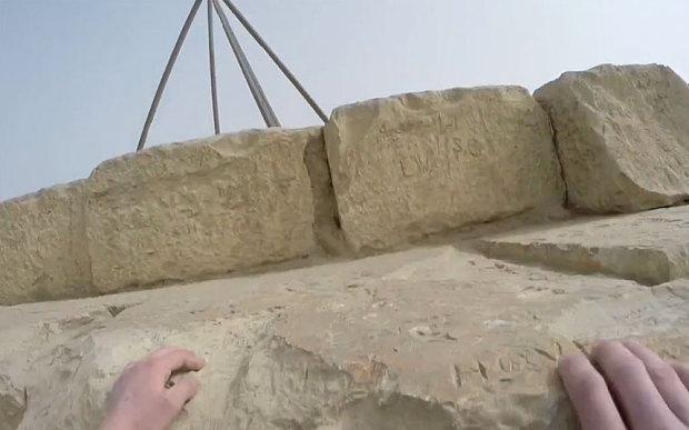 turista escala piramides do egito - video