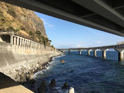 石部海上橋の下から見る富士山の影