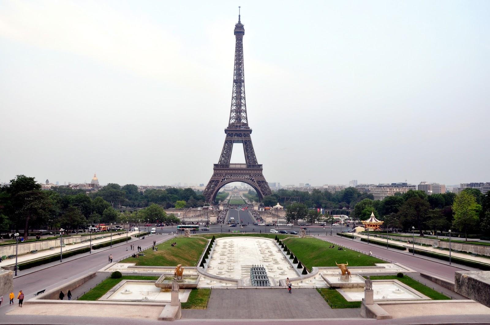 menara eiffel merupakan salah satu tempat wisata di perancis yang menawarkan keindahan sebuah bangunan termasuk keajaiban dunia
