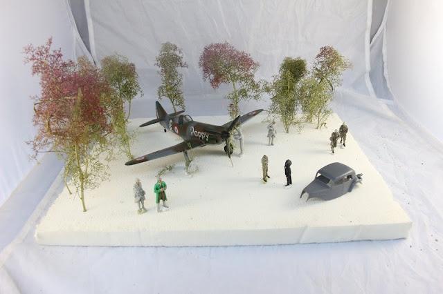Diorama mettant en scène une maquette de Dewoitine D.520 de Tamiya et d'une Citroën traction 1940