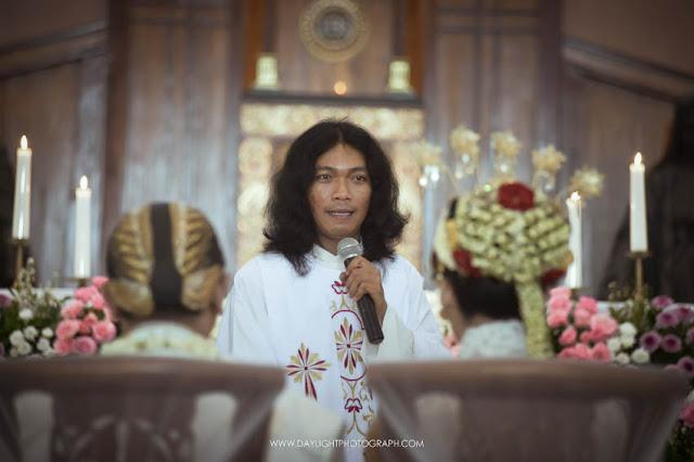 foto pastur menikahkan pasangan depi dan pandu di gereja katholik gamping yogyakarta