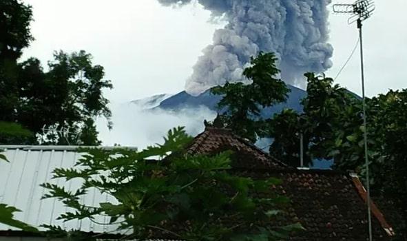 Gunung Agung Muntahkan Kolom Abu Capai 1.000 Meter, Warga Diminta Menjauh