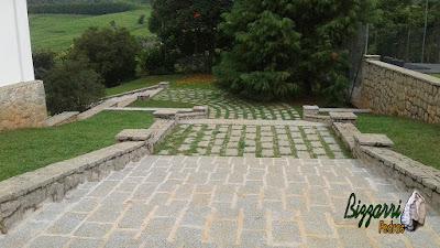 Revestimento com pedras rústicas em mureta de pedra com escada de pedra, o muro de pedra com pedra folheta, o piso de pedra com junta de grama em sede de fazenda em Atibaia-SP.