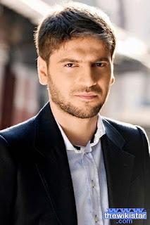 سامي يوسف (Sami Yusuf)، مغني وكاتب اغاني، ملحن ومنتج وموسيقي يحمل الجنسية البريطانية