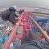 Grupo de jovens escalam, ilegalmente, a The Big One do parque Blackpool Pleasure Beach